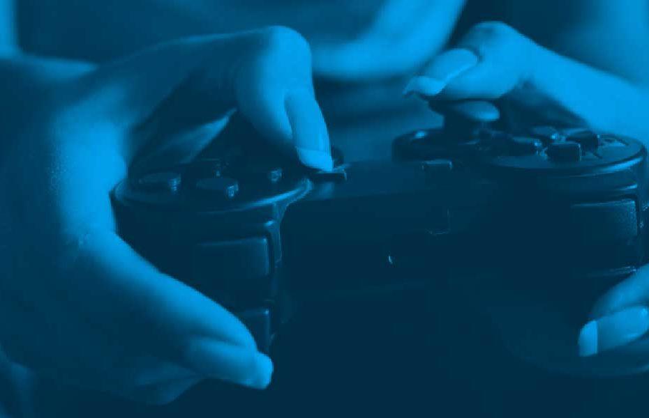 mão segurando gamepad