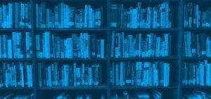 ivros numa estante de biblioteca